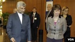 Kepala Kebijakan LN Uni Eropa Catherine Ashton (kanan) menyambut perunding Iran, Saeed Jalili dalam pertemuan di Jenewa tahun 2010.