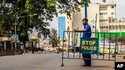 Un policier devant une barrière à Freetown, Sierre Leone, 27 mars 2017.