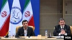 Presiden Mesir Mohammed Morsi (kanan) menghadiri KTT Non Blok di Teheran, tapi ia dikecam karena tidak bertemu pemimpin tertinggi Iran, Ayatollah Ali Khamenei (foto: dok).