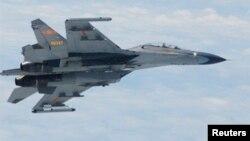 Sebuah pesawat militer China terbang di atas Laut China Timur (foto: ilustrasi).