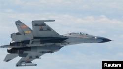 Chiến đấu cơ SU-27 của Trung Quốc bay trên Biển Hoa Đông (ảnh tư liệu của Bộ Quốc phòng Nhật Bản ngày 11/6/2014)