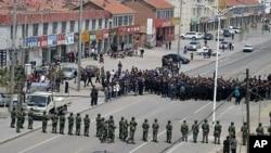 中国武警与内蒙古抗议民众对峙