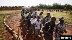 مالی کے نوجوان القاعدہ سے مقابلے کی تریبت حاصل کررہے ہیں(فائل)