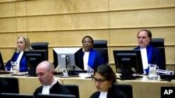 Les juges Sylvia Steiner, Sanji Mmasenono Monageng, and Cuno Tarfusser, au fond, de gauche à droite, à la Cour Pénale Internationale de la Haye, le 27 juin 2011.