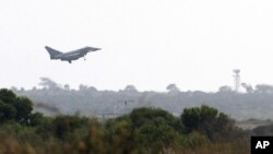 "Pesawat tempur ""Typhoon"" Inggris mendarat di pangkalan udara Inggris di Akrotiri, Siprus, 29 Agustus 2013."