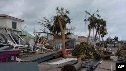 អគារដែលត្រូវដួលរំលំដោយនិងដើមឈើខ្ពស់ដែលបានបាក់ស្រុតនៅទីក្រុង Marigot បន្ទាប់ពីព្យុះសង្ឃរា Irma បានបោកបក់ កាលពីថ្ងៃទី០៩ កញ្ញា ២០១៧។