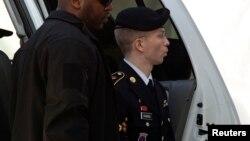 브래들리 매닝 일병이 20일 미국 메릴랜드주의 군사 재판소에 도착하고 있다.