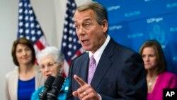 Ketua DPR AS John Boehner bersama para anggota DPR fraksi Republik memberikan keterangan kepada wartawan di gedung Capitol (4/10).