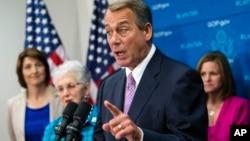 El líder republicano John Boehner habla a los reporteros durante una conferencia de prensa en el Capitolio
