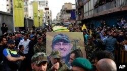 사망한 바드레딘의 사진을 들고 행진하는 레바논 군중들