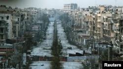 Hình ảnh cho thấy một còn đường bị phá hủy với những bao cát được sử dụng như hàng rào ngăn cách ở quận Saif al-Dawla, Aleppo, Syria, ngày 6 tháng 3 năm 2015.
