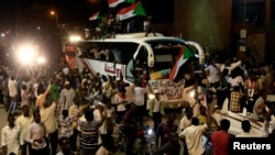 Sudanese demonstrators from the Darfur region chant slogans as they arrive to be part of a mass anti-government protest outside Defence Ministry in Khartoum, April 30, 2019.