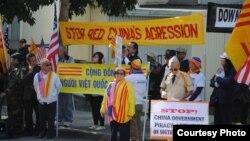 Biểu tình trước Tổng Lãnh sự quán Trung Quốc ở San Francisco dịp kỉ niệm 40 trận hải chiến Hoàng Sa (ảnh Bùi Văn Phú)