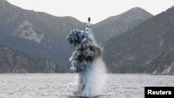 Un essai de tir d'un missile balistique depuis un sous-marin - photo non datée publiée par l'Agence de presse de la Corée du Nord (KCNA) à Pyongyang le 24 avril 2016.