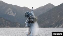 La prueba de un misil lanzado desde un submarino es vista en esta foto, sin fecha, divulgada por la Agencia Central de Noticias de Corea del Norte.