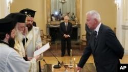Yunani melantik Perdana Menteri Sementara Panagiotis Pikrammenos (kanan) di Istana Presiden, Athena (16/5).