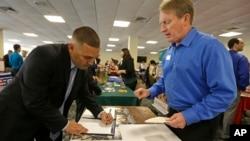 지난 2월 미국 플로리다주 마이에미에서 열린 참전용사 취업박람회에서 한 남성이 서류를 작성하고 있다. (자료사진)