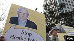 En Seúl, Corea del Norte, manifestantes con la foto del enviado estadounidense, Stephen Bosworth, critican las políticas contra el Norte.