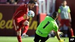 """David """"El guaje"""" Villa toca un balón que superara al arquero salvadoreño, Derby Carrillo, en el juego que España derrotó a El Salvador, 2 a 0, en el FedexField de Washington."""