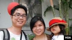 """香港市民劉先生(左)與太太帶同20個月大的女兒參與""""守護孩子、自由長征""""遊行 (美國之音湯惠芸)"""