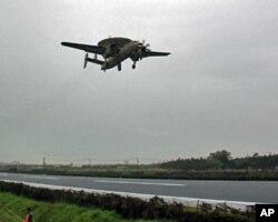台湾空军的E-2K空中预警机在低空飞行,接近公路