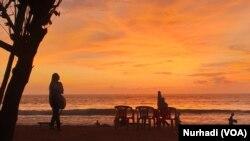 Senja di Pantai Kuta, Bali. (Foto: VOA/ Nurhadi)