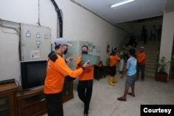 Warga Yogya bekerja bakti membersihkan sisa kerusuhan di kantor DPRD DIY. (Foto: Humas Pemda DIY)