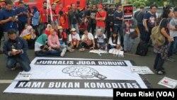 Para jurnalis dari Aliansi Jurnalis Independen (AJI) Surabaya mengikuti aksi pada Hari Buruh 1 Mei 2019 di Surabaya (foto: ilustrasi - VOA/Petrus Riski).