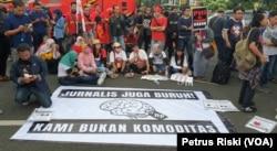 Para Jurnalis dari Aliansi Jurnalis Independen (AJI) Surabaya mengikuti aksi pada Hari Buruh 1 Mei 2019 di Surabaya (Foto:VOA/Petrus Riski).