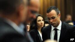 Oscar Pistorius rời khỏi tòa án ở Pretoria, Nam Phi, 28/3/14