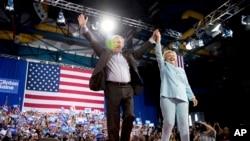美国民主党正副总统参选人希拉里·克林顿和蒂姆·凯恩参加在佛罗里达国际大学举行的竞选大会(2016年7月23日)