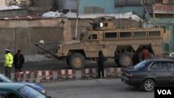 Un blindado estadounidense cerca del lugar del atentado en la capital afgana.