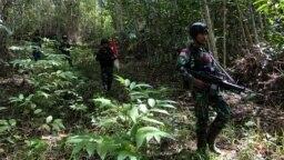 Personel Pos Skofro Baru Satgas Pamtas RI-PNG Yonif 131/Brs melaksanakan patroli wilayah mengecek patok perbatasan MM 2.2, di Skofro Baru Distrik Arso Timur Kab. Keerom, Papua, 22 Oktober 2021. (Courtesy: Pendam XVII/Cenderawasih-Papua)