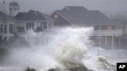 艾琳在纽约长岛海滨掀起的巨浪