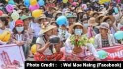 မုံရြာၿမိဳ႕ စစ္အာဏာရွင္ဆန္႔က်င္ေရးသပိတ္ (ဓါတ္ပုံ ။Kaung Thar / Face Book- Wei Moe Naing)