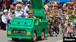 국제아동절인 1일 북한 평양에서 열린 모형 군사 퍼레이드 행사.