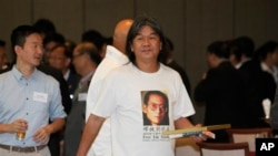 香港立法会议员梁国雄身穿带有刘晓波像的短袖衫(2013年7月16日)