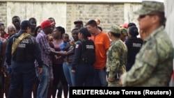 Tražioci azila iz Centralne Amerike u razgovoru sa pripadnicima novoformirane nacionalne garde kod grada Tapačule u Meksiku