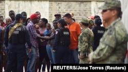2019年5月23日墨西哥: 移民與警察交談。在一邊觀察的是國民警衛隊員。
