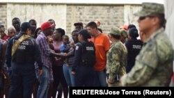 2019年5月23日美墨边境上来自墨西哥的移民正在接受美国警方盘问。图片来源:路透社