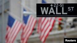 ປ້າຍຖະໜົນ Wall Street ທີ່ຕະຫລາດຮຸ້ນ ຫຼື NYSE ທີ່ເກາະ Manhattan ໃນນະຄອນ New York.