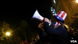 На фото: прихильник Джо Байдена із мегафоном поблизу Білого дому у день виборів