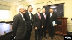 Конгрессмены – ко-спонсоры законопроекта и замминистра иностранных дел Израиля Дани Аялоном (третий слева)