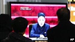 Dân Hàn Quốc xem tin tức về Triều Tiên tại một nhà ga xe lửa ở Seoul, ngày 23/1/2013.