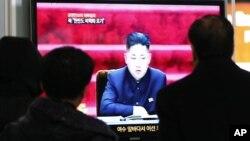 지난달 23일 북한이 유엔 안보리 제재에 반발해, 한반도 비핵화를 포기한다고 주장한 가운데, 한국 서울역에서 관련 뉴스를 지켜보는 행인들.