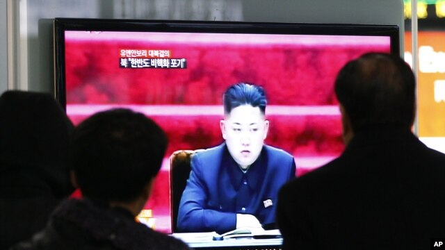 Warga menyaksikan pimpinan Korea Utara Kim Jong-un memberi pernyataan terkait sanksi DK PBB terkait peluncuran roketnya, melalui sebuah layar televisi di sebuah stasiun kereta Seoul, Korea Utara (23/1).