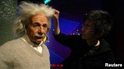 미국의 밀랍인형 전시관에서 천재 이론물리학자이자 수학자였던 앨버트 아인쉬타인의 인형을 점검하고 있다. (자료사진)
