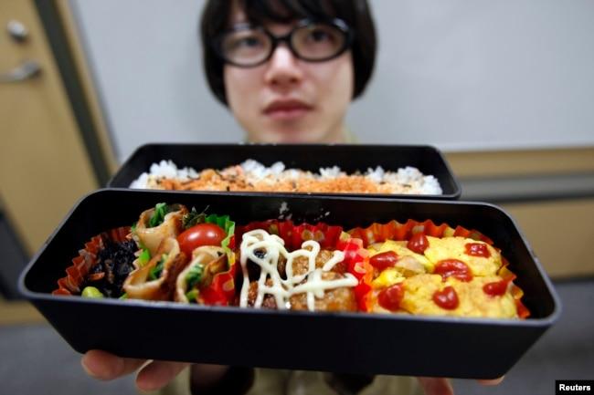 Seorang karyawan perusahaan internet di Jepang memperlihatkan makan siang buatannya pada saat makan siang di Tokyo, 15 April 2009. (Foto:dok)