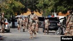 Binh sĩ tập trung bên ngoài lãnh sự quán Afghanistan, sau khi một nhà ngoại giao Afghanistan bị bắn chết tại lãnh sự quán ở Karachi, Pakistan, 6/2/2017.