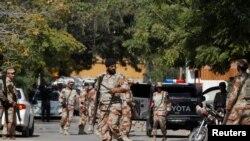 Tentara paramiliter berkumpul di luar konsulat Afghanistan di Karachi, Pakistan, pasca penembakan seorang diplomat di konsulat tersebut, 6 Februari 2017. (REUTERS/Akhtar Soomro).